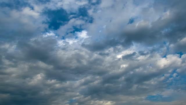 шторм облака двигаться в blue sky - lightning стоковые видео и кадры b-roll