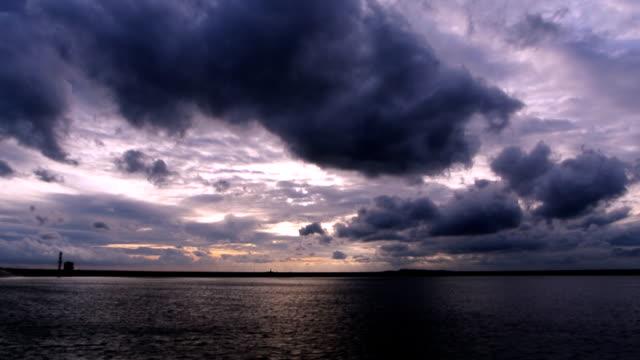 vídeos de stock, filmes e b-roll de lapso de tempo de tempestade de nuvens se movendo sobre o lago - céu tempestuoso
