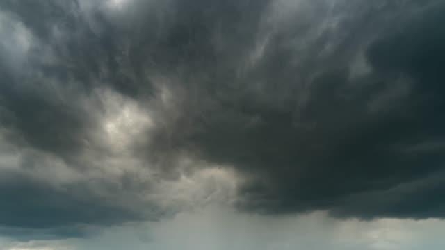 nuvole tempestose che muovono il tempo decadranno - cielo minaccioso video stock e b–roll
