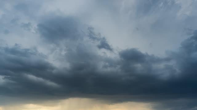 vidéos et rushes de nuages de tempête déplaçant le temps écoulé. - ciel orageux
