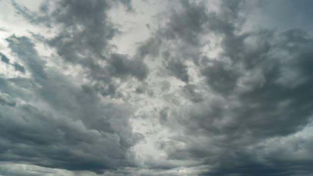 vídeos de stock e filmes b-roll de storm clouds moving time lapse. - transferência