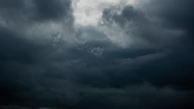 timelapse delle nuvole tempestose - tornado video stock e b–roll