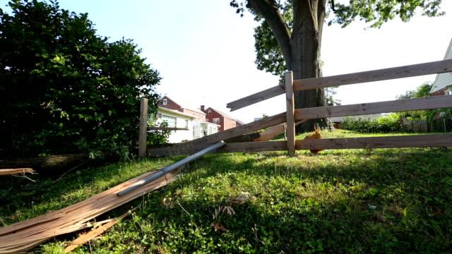 vídeos y material grabado en eventos de stock de storm dañado valla - valla límite