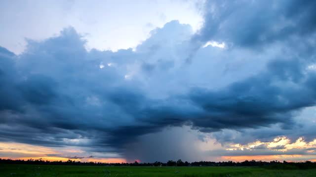 vídeos y material grabado en eventos de stock de storm frontal con lluvia. - tornado