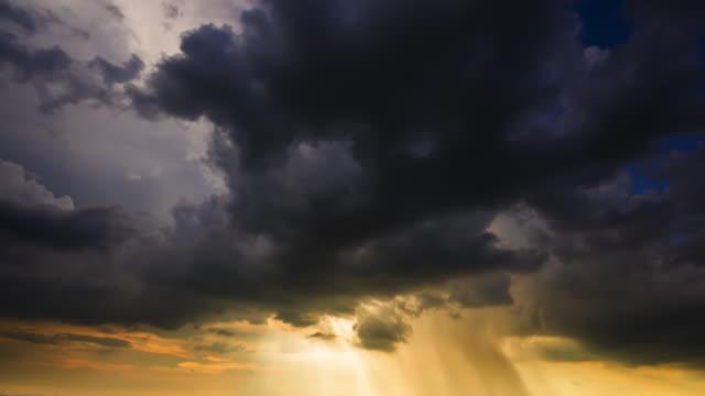 stockvideo's en b-roll-footage met storm front met regen - regen zon