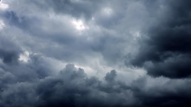 vidéos et rushes de nuages d'orage ouragan se déplaçant sur ciel - ciel orageux