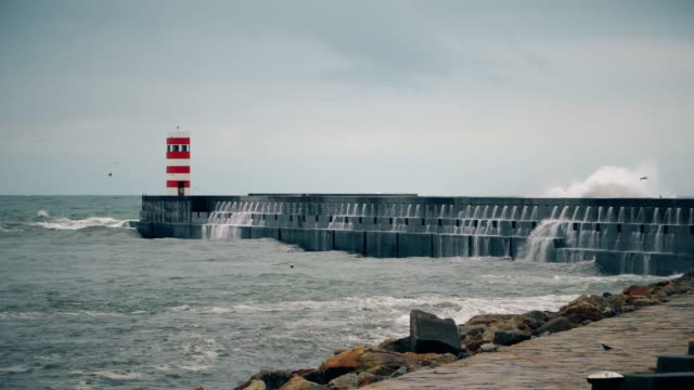 vídeos de stock e filmes b-roll de storm on the atlantic coast near the new lighthouse, porto, portugal. - rain clouds porto portugal