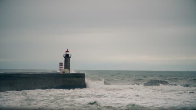 vídeos de stock e filmes b-roll de storm on the atlantic coast near the old lighthouse, porto, portugal. - rain clouds porto portugal