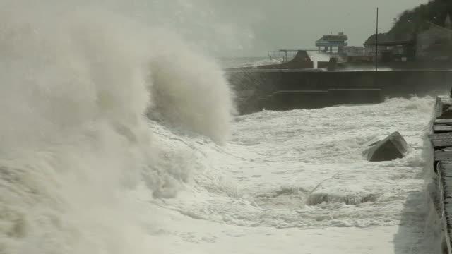 storm on the city embankment - dalgakıran stok videoları ve detay görüntü çekimi