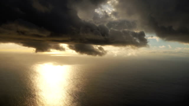 stormy clouds above the ocean in 4k slow motion - volo con parapendio video stock e b–roll