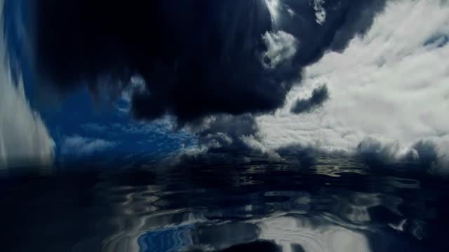 暗い水の上の嵐の雲 - 不吉点の映像素材/bロール