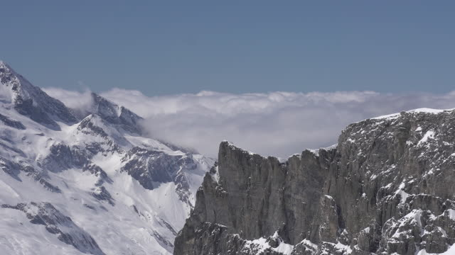 vídeos de stock e filmes b-roll de stormy clouds rolling up a mountain valley. - weatherman