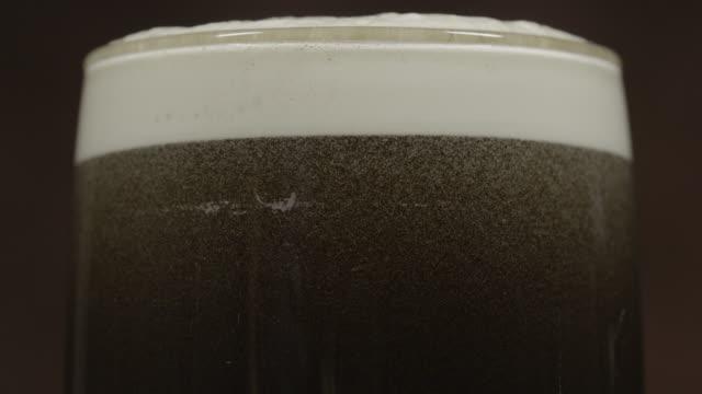 stout mörkt öl i en pint glas panorering - pub bildbanksvideor och videomaterial från bakom kulisserna