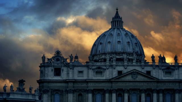 peterskyrkan är basilikan i rom vid solnedgången - påve bildbanksvideor och videomaterial från bakom kulisserna