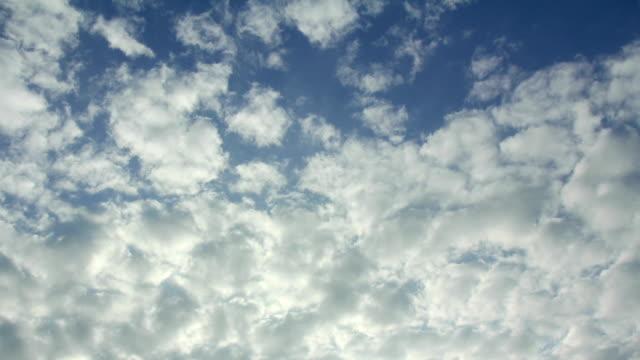 vídeos de stock e filmes b-roll de estratocúmulo nuvem correr na época de chuva - climate clock