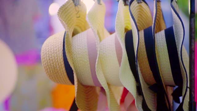 halm hattar till salu i en souvenir butik på gatu marknad utomhus. - halmslöjd bildbanksvideor och videomaterial från bakom kulisserna