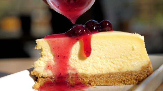 strawberries cheesecake with strawberry jam , slow motion - sernik filmów i materiałów b-roll