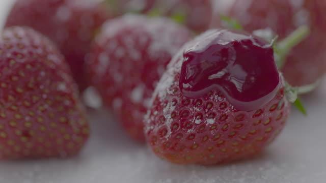 strawberries, icing sugar and sauce - замороженные продукты стоковые видео и кадры b-roll