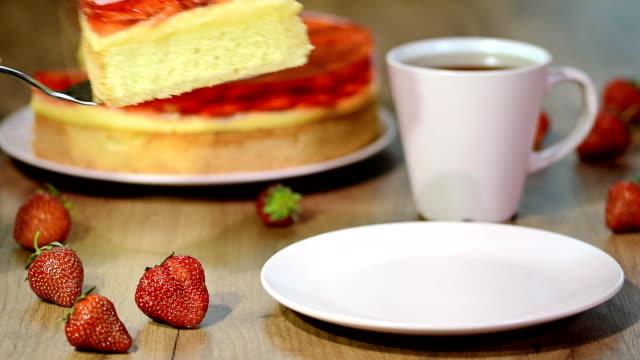çilekli pasta beyaz tabakta. - kek dilimi stok videoları ve detay görüntü çekimi