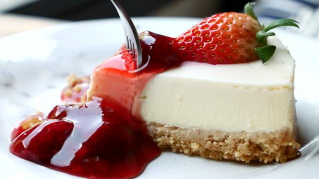 çilek peynir kek hizmet ve kesme kek - pasta stok videoları ve detay görüntü çekimi