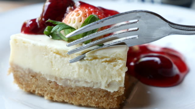 strawberry cream cake serving and cutting - sernik filmów i materiałów b-roll