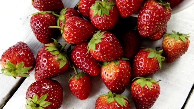 strawberry on white table, camera rotation - group of people filmów i materiałów b-roll