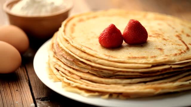 strawberry pancakes - crepes bildbanksvideor och videomaterial från bakom kulisserna