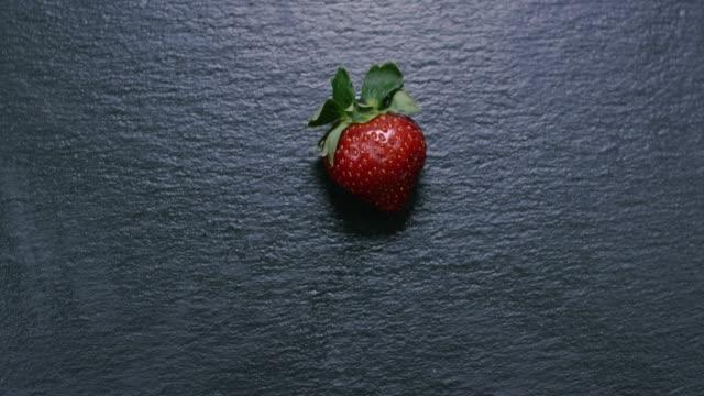 vidéos et rushes de fraise, placé sur l'ardoise en slow motion - ardoise
