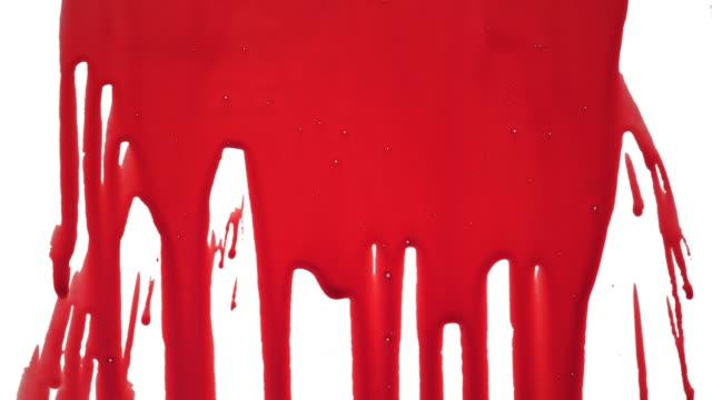 vidéos et rushes de des traces de sang coulant sur une surface blanche - sang
