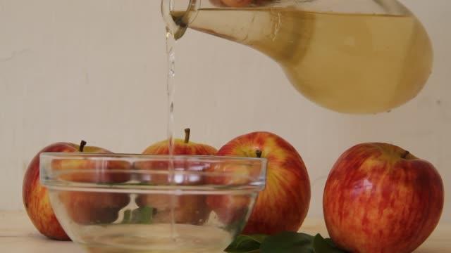 애플 사과 쥬 스 식초 병에서 떨어지는의 스트림 - 식초 스톡 비디오 및 b-롤 화면