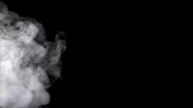 strom von weißer rauch auf schwarzen studio-hintergrund, slow-motion - abwesenheit stock-videos und b-roll-filmmaterial