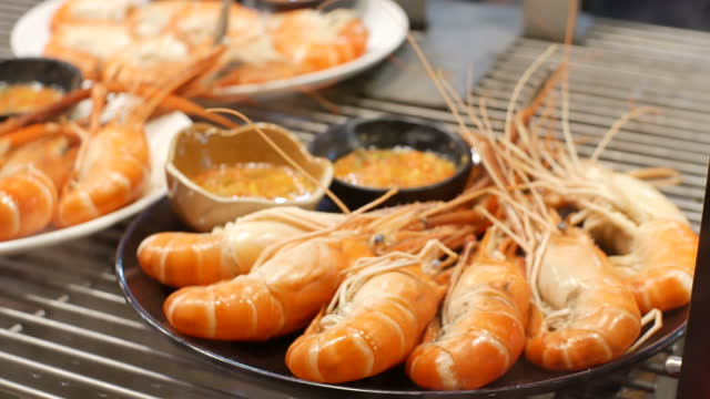 krewetki na talerzu z przyprawami w miskach. - tajska kuchnia filmów i materiałów b-roll