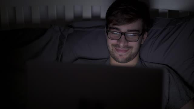 transmisji strumieniowej wideo na cyfrowy tabletka w łóżku, szerokie. - surfować po internecie filmów i materiałów b-roll