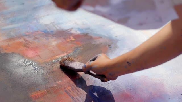 gatukonstnärer och målare på jobbet - väggmålning bildbanksvideor och videomaterial från bakom kulisserna