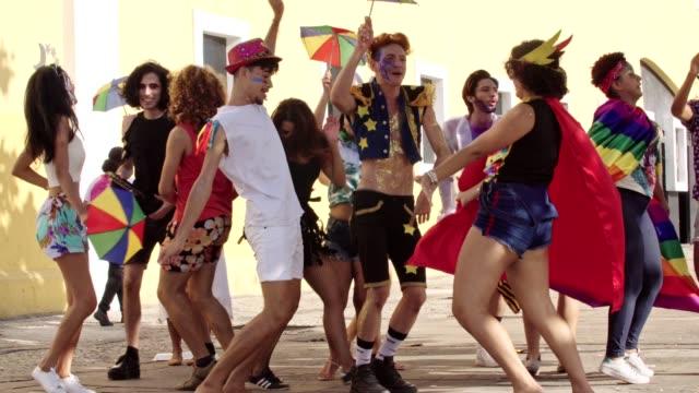 street carnival i recife, pernambuco, brasilien. - street dance bildbanksvideor och videomaterial från bakom kulisserna