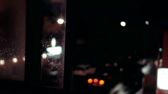 gathörn sedd genom ett fönster i lägenheten under en storm - 4 kilometer bildbanksvideor och videomaterial från bakom kulisserna