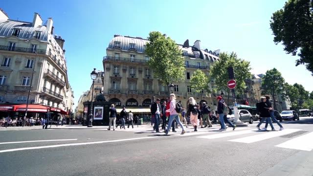 уличный переход с пешеходом в центре парижа. франция, замедленное движение - white background стоковые видео и кадры b-roll