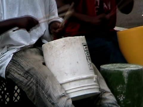 vídeos de stock e filmes b-roll de rua drummers - bateria instrumento de percussão