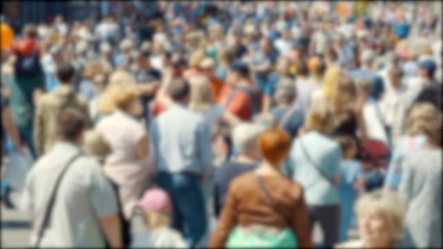 vídeos y material grabado en eventos de stock de calle llena de una multitud anónima muy ocupada. ciudad peatonal. masa irreconocible de personas caminando en la ciudad. cara borrosa, calle llena de gente. - misa