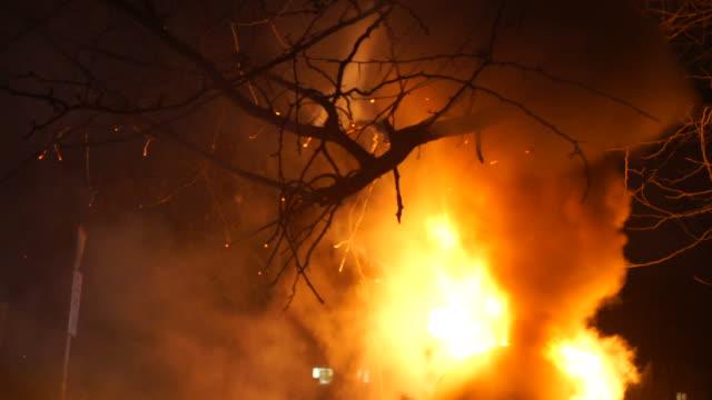 sokak yangın - dumpster fire stok videoları ve detay görüntü çekimi