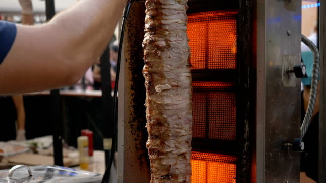 street food: schneiden leckeren doner kebab- nahaufnahme - döner stock-videos und b-roll-filmmaterial