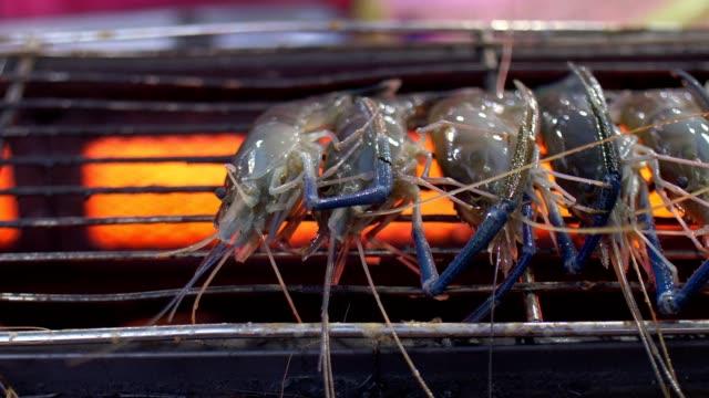 Street Food : Grillage des crevettes - Vidéo