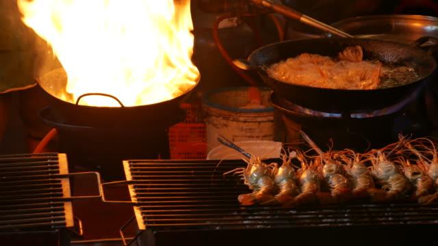 street food in chinatown bangkok - тайландская кухня стоковые видео и кадры b-roll