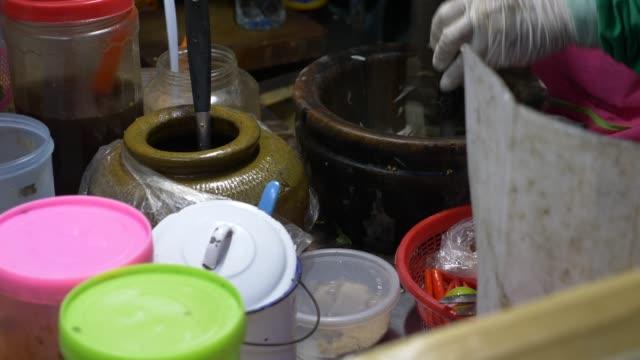 street food, thailand. the cook prepares a traditional thai salad. 4k. - adulazione video stock e b–roll