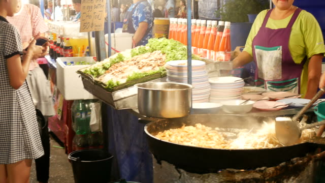 stockvideo's en b-roll-footage met straat voedsel, thailand - thai food