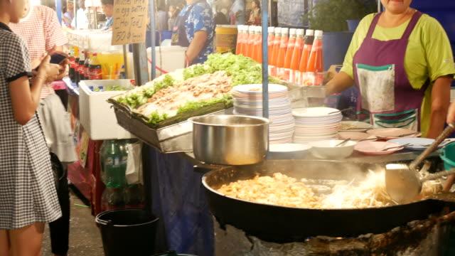 sokak gıda, tayland - bangkok stok videoları ve detay görüntü çekimi