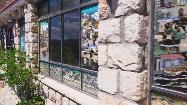 straße in das jüdische viertel in safed, windows art gallery. alte stadt safed, upper galilee, israel. - antique shop stock-videos und b-roll-filmmaterial