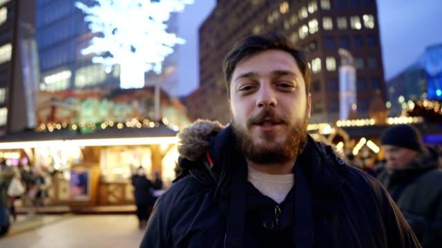 gatan intervju med turist - endast en man bildbanksvideor och videomaterial från bakom kulisserna