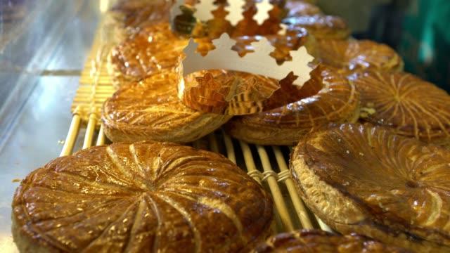 vidéos et rushes de 4k, marché de rue vendre célèbre galette des rois. gâteau traditionnel de pâte feuilletée - galette des rois