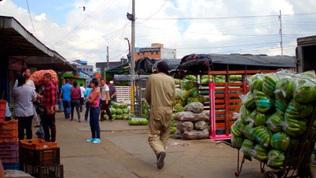 Mercado de la calle con montones de plátanos en Bogotá, Colombia - vídeo